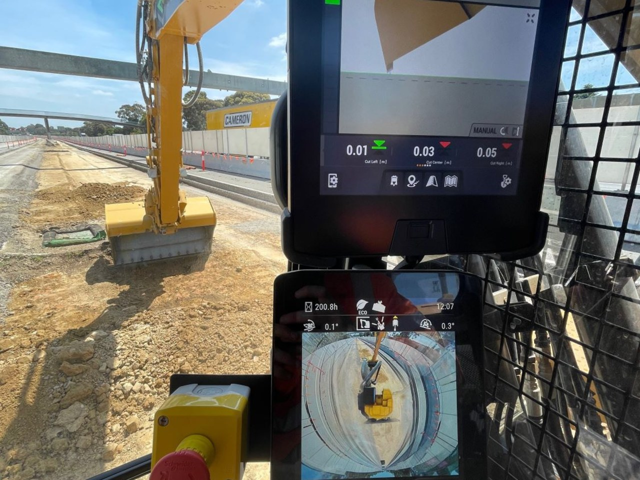 Digital display of the excavator operator's 360-degree view, eliminating blind spots and revealing safety hazards.